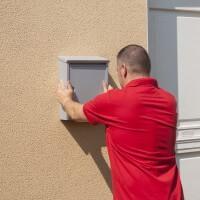 Прикріпити поштову скриньку на стіну